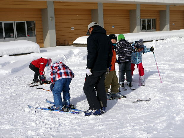 知小2019-1年生初のスキー学習でスキーを履くのに悪戦苦闘