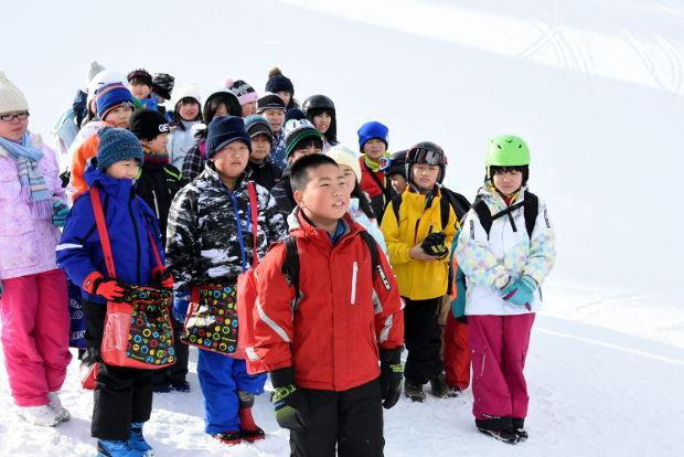知小2019-4年生初めてのスキー授業で地域の方に挨拶
