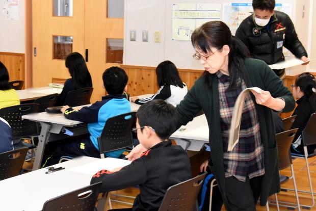 知小2019-漢字検定で問題が配られ緊張する子だもたち