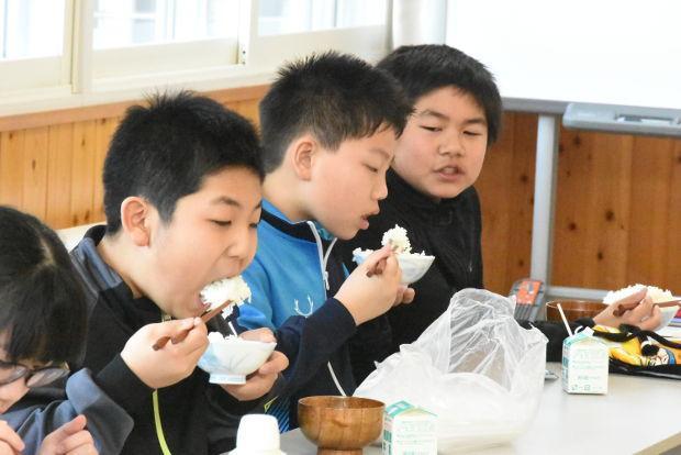 知小2019-5年生米作りの収穫祭で自分たちの植えたお米を食べる子供