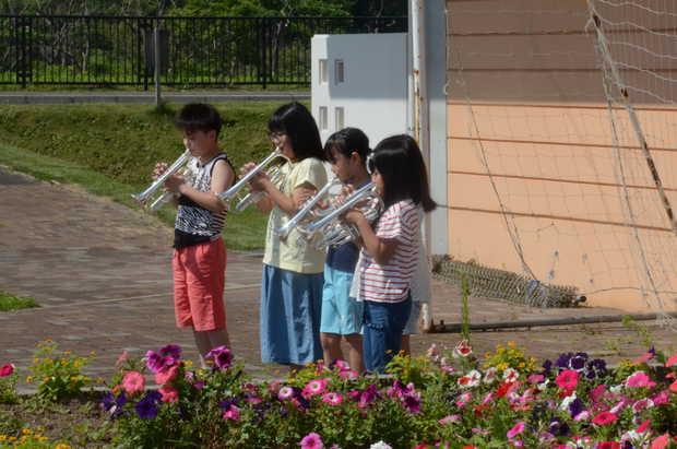 知小2018-屋外で練習する子供たち
