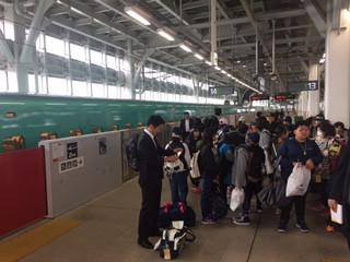 知小2018-新青森駅で新幹線を待つ子供たち