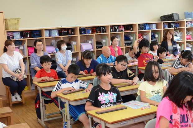 知小2018-算数のそろばんの授業を行う4年生
