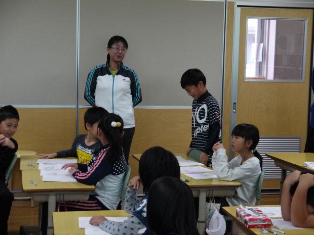 知小2018-3年生の道徳の提案授業で発表する子供