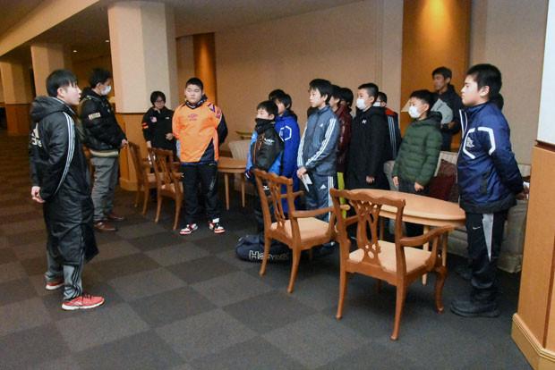 知小2019-ドッヂボール全道大会 監督から試合への心構えを聞く子供たち