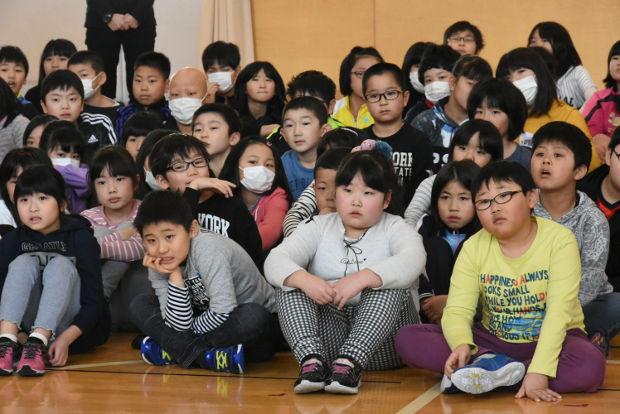 知小2019-不審者対応訓練 DVDに真剣に見入る子供たち