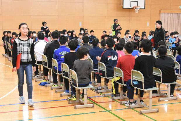 知小2019-総練習で退場練習する6年生