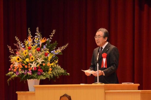 知小2018-10周年記念式典 祝辞を述べる町長