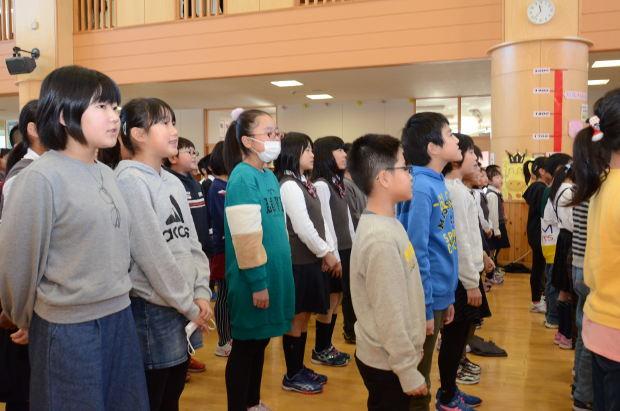知小2018-全校合唱で心をこめて歌う子供たち