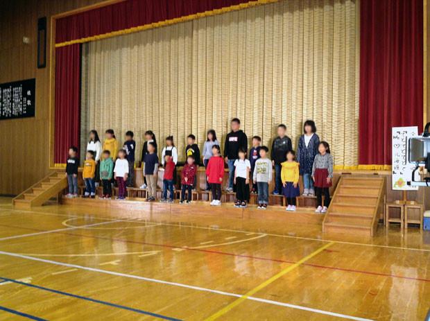 知内町立涌元小学校の全校合唱