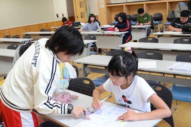 知小2018-放課後学習会で勉強する子供