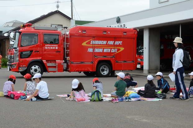 知小2018-消防車を前に写生会をする1年生