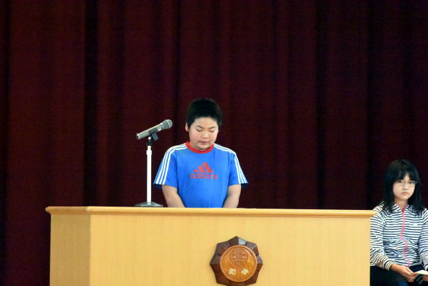 知小2019-児童改新三役所信表明演説会で演説を行う新副会長