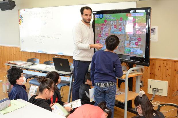 知小2019-4年生の英語で高校の先生の乗り入れ授業 ALTに説明するグループ