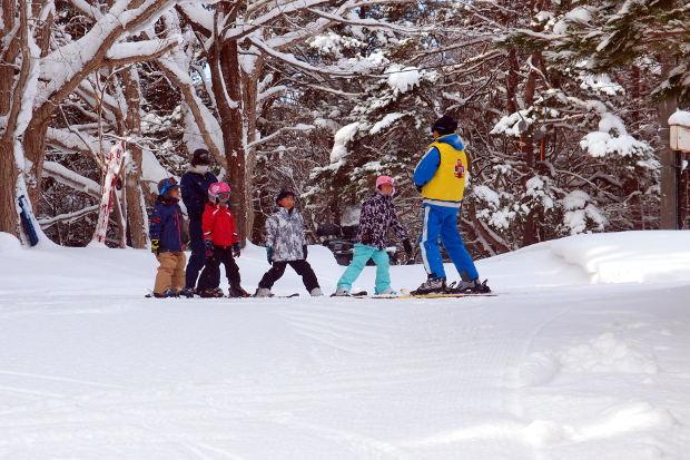 知小2019-1年生初めてのスキー場 スキー教室参加者はすぐに頂上へ