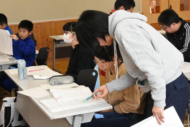 知小2019-5年生の春休み学習会 解き方も丁寧に指導
