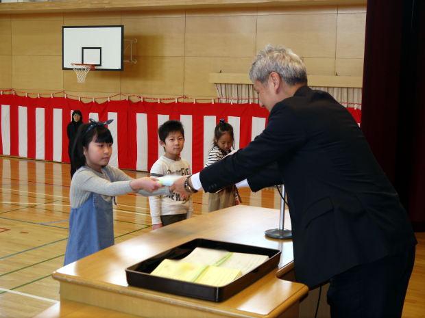 知小2019-学年の代表が修了証を受け取る