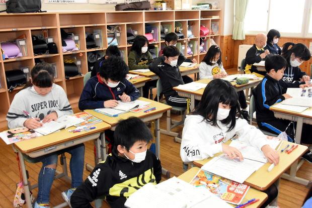 知小2019-マスクをして授業をする4年生