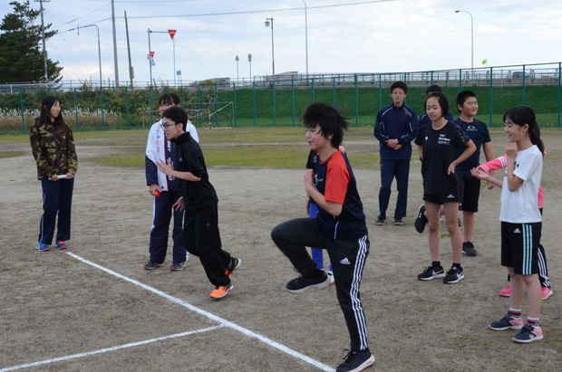 知小2018-体力テストで高校生が支援。徒競走のレクチャー中。