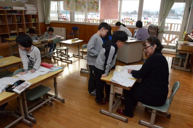 知小2018-冬休み学習会で○付け支援を行う地域の方