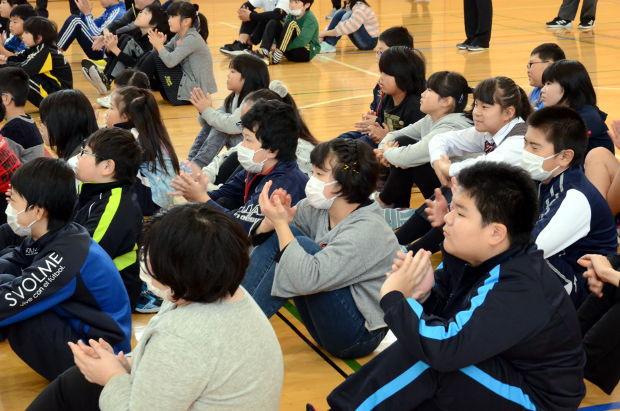 知小2018-2学期終業式 低学年の作文発表に拍手