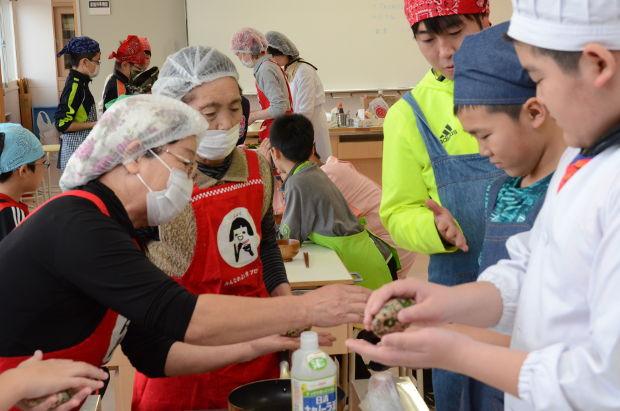 知小2018-5年生ニラを使った食育授業JAのお母さんと児童とのふれあい