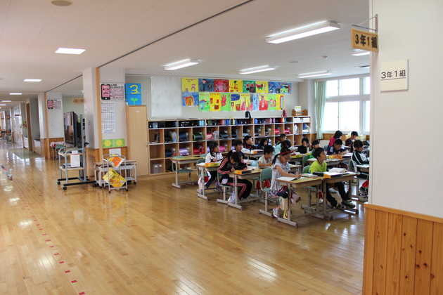 知小2018-廊下側の壁を取り払った教室(3年生)