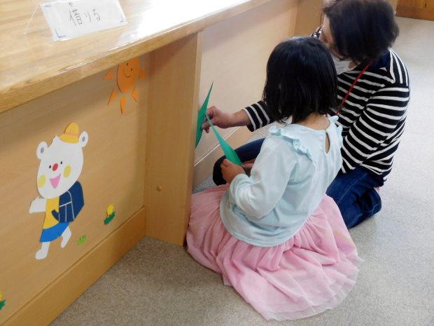 知小2019-図書館ボランティアさんが飾り付け