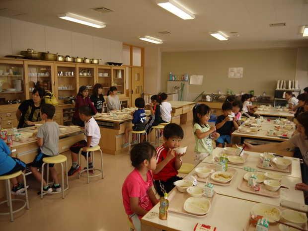 知小2018-家庭科室で試食会を行う1年生