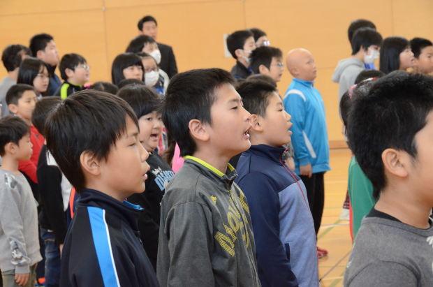 知小2018-2学期終業式 校歌を一生懸命に歌う