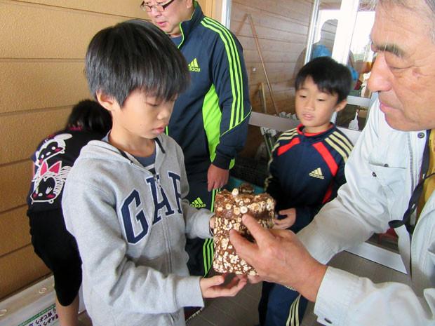 知小2018-椎茸の菌床を受け取る子どもたち