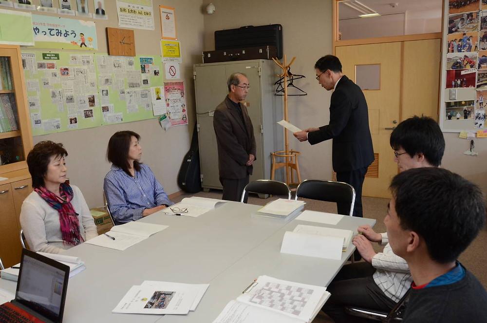 知小2018-本間教育長から委嘱状を受け取る委員