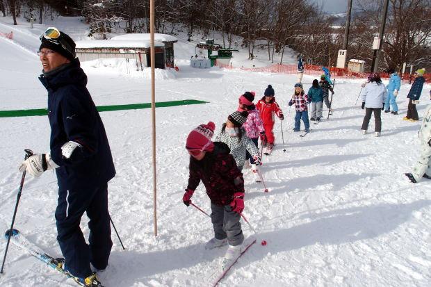 知小2019-1年生初めてのスキー場 片足で歩く練習