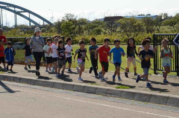 知小2018-避難訓練で走る子供たち