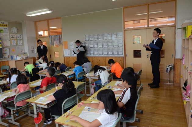 知小2018-2年生の授業を参観する指導主事