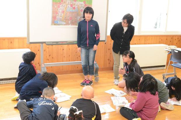 知小2019-4年生の英語で高校の先生の乗り入れ授業 担任に説明するグループ