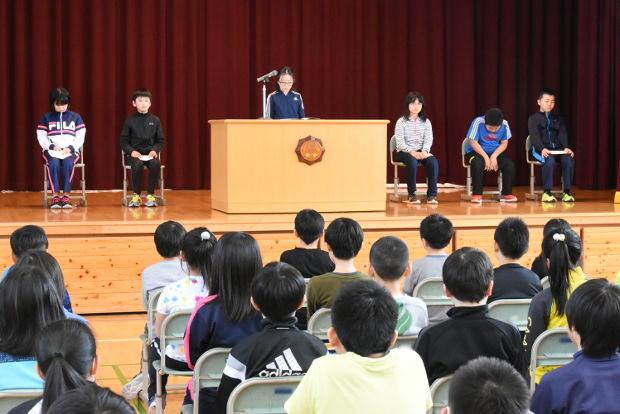 知小2019-児童改新三役所信表明演説会で演説を行う新書記