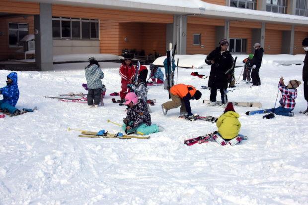 知小2019-低学年グラウンドでのスキー練習