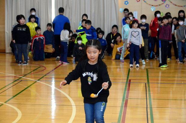 知小2019-6年生を送る会 縦割り班でのピンポン球リレー