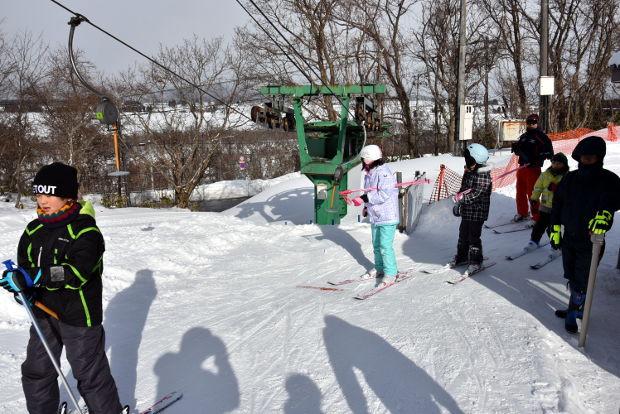 知小2019-4年生初めてのスキー授業 リフトに乗るぞ