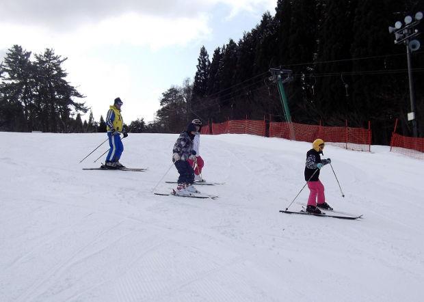 知小2019-中学年スキー授業 楽しく安全に滑る子供たち