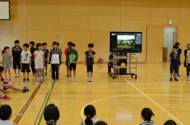 知小2018-全校生徒の前で緊張しながら、しっかっりと発表する3年生