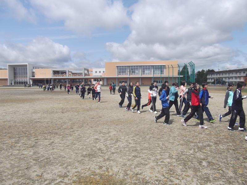 知小2018-真剣に避難訓練に参加する児童