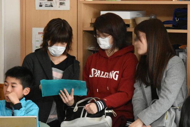 知小2019-高学年参観日 5年生のiPadを使った図工で保護者も体験