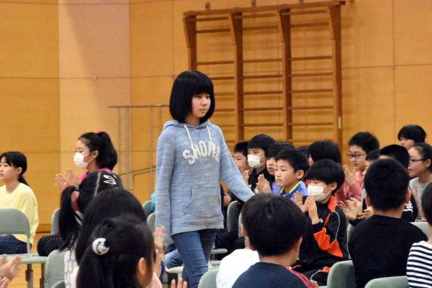 知小2019-総練習で入場する6年生
