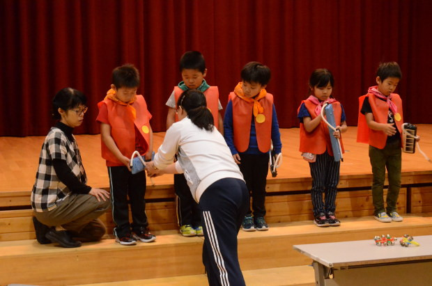 知小2018-学芸会発表の細かい修正を行う1年生