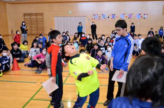 知小2019-6年生を送る会 縦割り班でのジャンケン大会