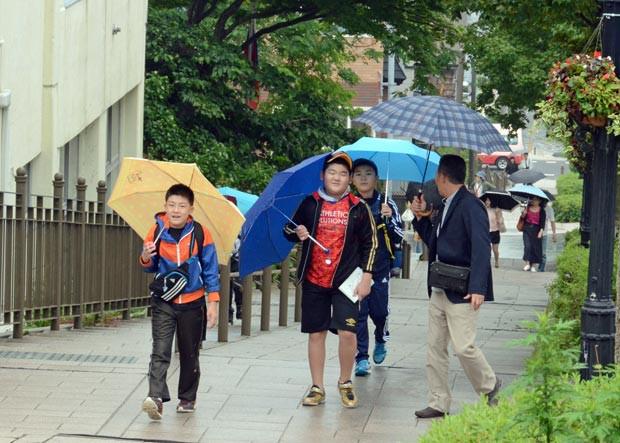 知小2018-小雨が降る中市内の自主研修を行う子供たち