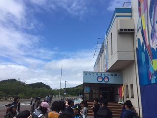 知小2018-水族館を後にする子供たち