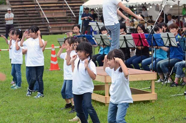 知小2018-かわいらしい踊りにみんなの顔がほころびます